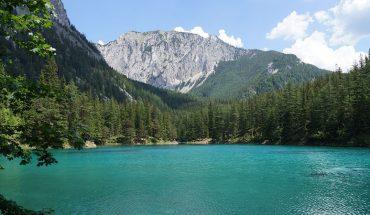 Upływające pory roku całkowicie zmieniają pewną austriacką dolinę: zimą i jesienią jest tam park, a wiosną i latem szmaragdowe jezioro