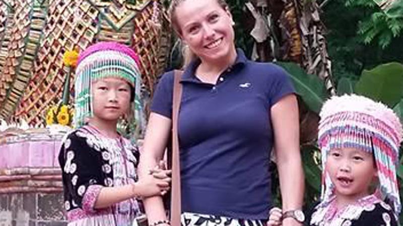 Kobieta oglądała zdjęcia z wakacji w Tajlandii i dokonała niebywałego odkrycia. Gdy spojrzała na swoją rękę, zrozumiała wszystko