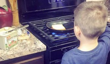 Matka wrzuciła zdjęcie gotującego synka do Internetu i szczerze napisała dlaczego uważa, że powinien to robić