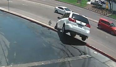 Dla fatalnego kierowcy nawet wyjazd z myjni samochodowej to nie lada wyzwanie, a to nagranie stanowi tego najlepszy dowód