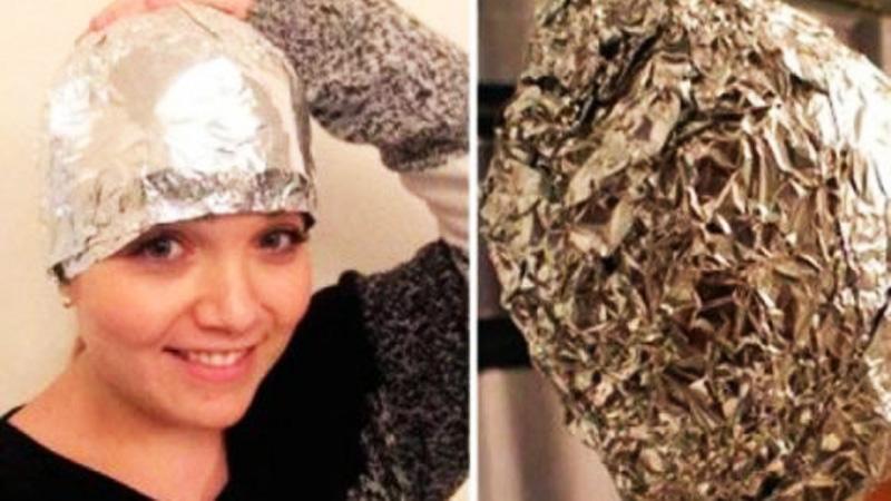 Przed umyciem włosów założyła na głowę czepek z folii aluminiowej. Najlepszy fryzjerzy na świecie korzystają z tej metody