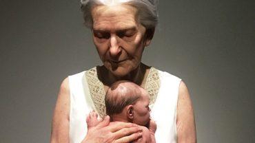 To nie jest zdjęcie babci tulącej wnuczka, ale fotografia hiperrealistycznej rzeźby. Zobaczcie prace, które totalnie zmylą wasz zmysł wzroku