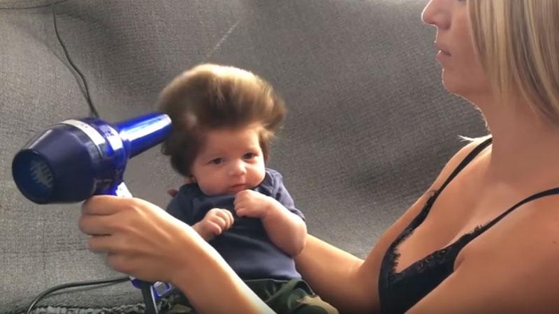 Takiego dziecka jeszcze nie widzieliście: ten chłopczyk ma tylko 8 tygodni i ekstra czuprynę, niczym gwiazda rocka
