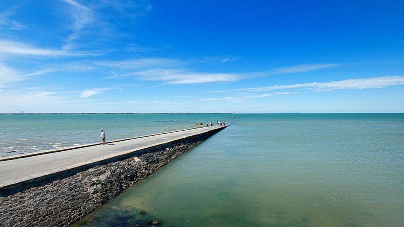 Passage du Gois to jedyna w swoim rodzaju droga, która dwa razy dziennie staje się nieprzejezdna, znikając w morskich odmętach