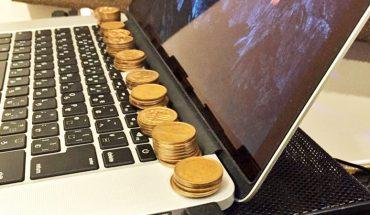 Poukładał na laptopie słupki z miedzianych monet. Gdy się dowiedz, po co je tam umieścił, zrobisz to samo! Mnóstwo osób ma ten problem!