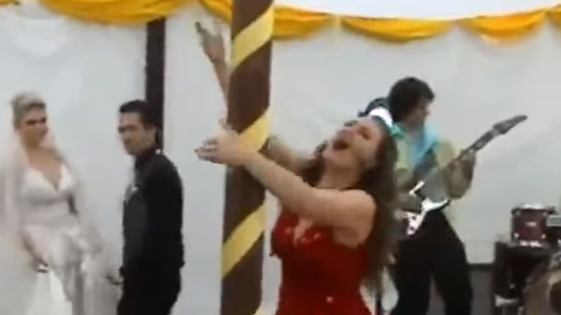 Co tej pannie młodej zepsuło wesele? Fałszująca orkiestra, złe jedzenie czy ulewny deszcz? Niestety była to bardzo pijana koleżanka