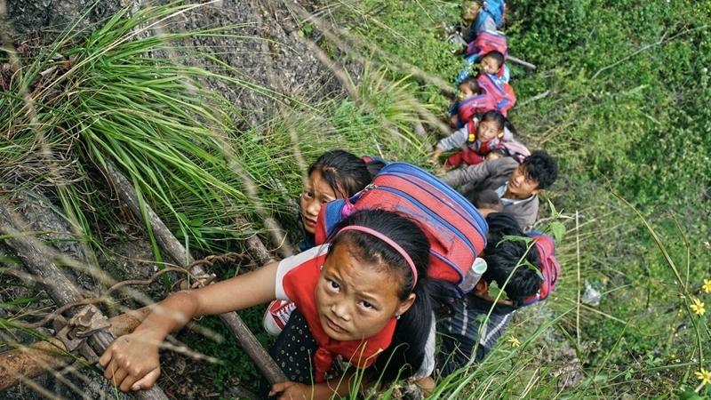 Myślisz, że masz daleko do szkoły, bo jedziesz kilka przystanków autobusem? Te dzieciaki muszą wspinać się na 700 metrów po stromych skałach!!