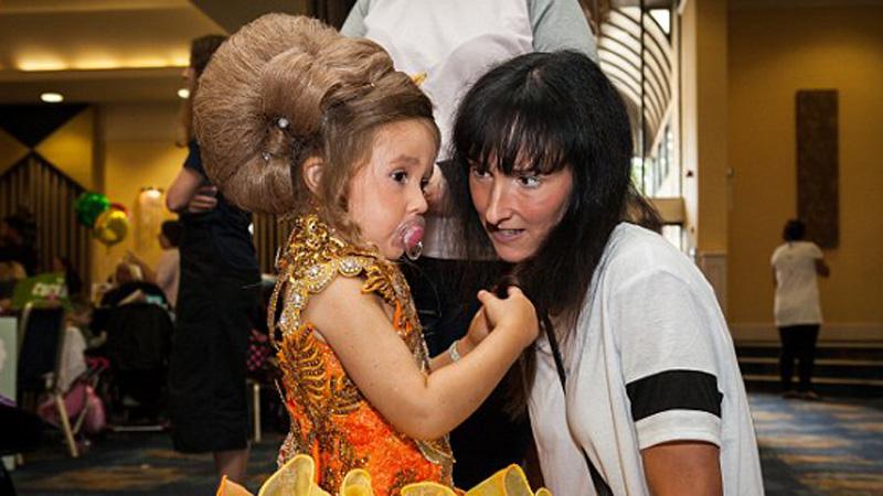Kobieta wysyła córkę na konkursy piękności i chociaż widzi, że to jest złe, nie zamierza przestać