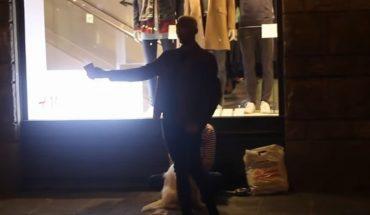 Mężczyzna żebrał na chodniku, gdy jeden z przychodów zabrał mu kubek i sprawił, że niemal wszyscy ludzie na ulicy zatrzymali się