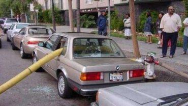 Krótka lekcja tego, jak nie powinno się parkować i co może spotkać nierozgarniętych, niedouczonych i leniwych kierowców