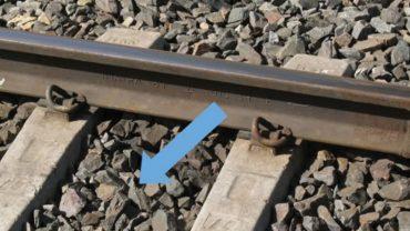 Do czego służą te drobne kamyki pod torami kolejowymi? Znamy odpowiedź