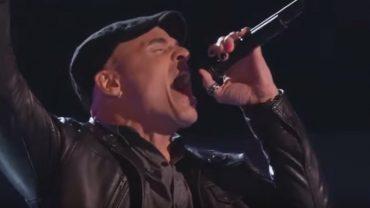 """Najlepsze rockowe występy przesłuchań w ciemno w programie """"The Voice of…"""". W tym zestawieniu znalazła się Polka!"""
