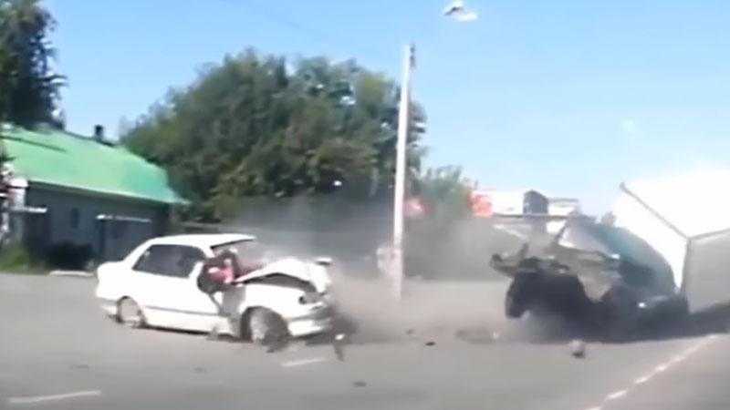 Kompilacja nagrań wypadków samochodowych, która uświadomi Wam, jak niszczycielską siłą na drodze jest prędkość i masa pojazdów