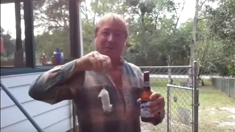 Jeśli chcecie zaimponować dziewczynie, kumplom i wszystkim dookoła, to musicie się nauczyć otwierać piwo jak ten facet