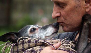 Setki ludzi zgromadziło się na plaży w Newquay, by wesprzeć Marka, który wybrał się na ostatni spacer ze swoim ukochanym psem