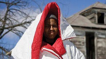 To wygląda jak zwykła kurtka, ale dla bezdomnych to genialny i ratujący życie wynalazek