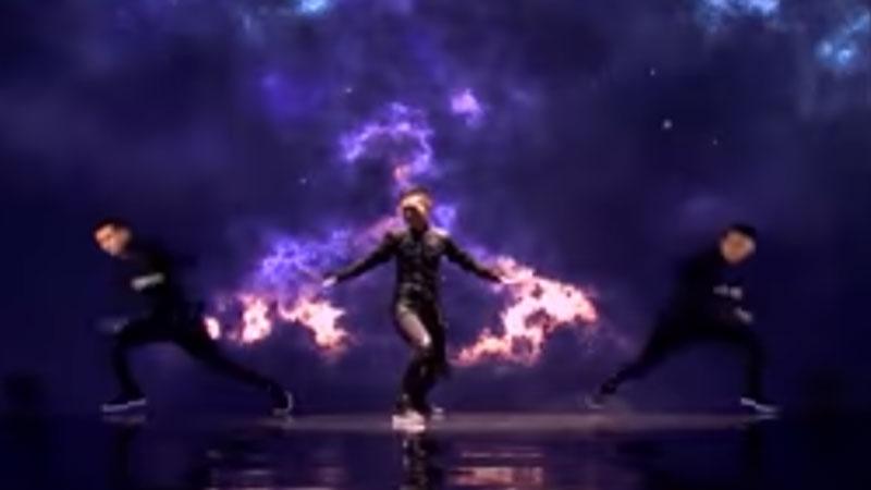 """Canion Shijirbat w półfinale programu """"Mam talent"""" zsynchronizował swój taniec z prezentacją komputerową, czego efekt był imponujący"""