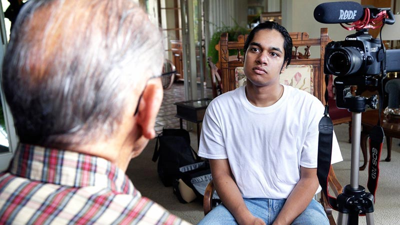 Nastolatek rozmawia z ludźmi, którzy przeżyli piekło. Na jego liście jest jeszcze 300 osób. Czy zdąży zadać im najważniejsze pytania?