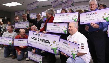Pracownicy fabryki dla zabawy zrzucali się na loteryjny los. Nie spodziewali się, że ich kupon wygra 420 milionów dolarów!