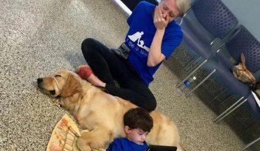 Matka płacze, gdy widzi syna leżącego u boku psa. Nigdy wcześniej nie doświadczyła czegoś podobnego…
