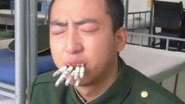 Chińskie wojsko nie toleruje palaczy i w brutalny sposób próbuje oduczyć swoich żołnierzy palenia papierosów. Zobaczcie zabójczą antynikotynową terapię