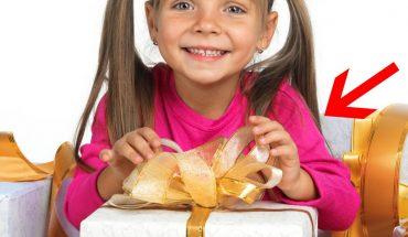Dziewczynka otwiera pudełko ze świątecznym prezentem. To, co się dzieje później, wyciska łzy z oczu!