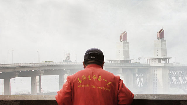 Joka viikonloppu Chen Si kulkee itsemurhasillalla Nanjingissa. 13 vuoden aikana hän on pelastanut yli 300 henkeä