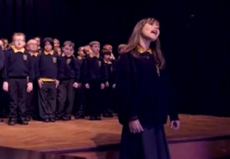 """Tämä 10-vuotias tyttö on autistinen ja hän hädin tuskin puhuu. Hänen versionsa """"Hallelujah'sta"""" jätti yleisön sanattomaksi"""
