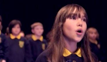 """Ta 10-letnia dziewczynka ma autyzm i prawie nie mówi, ale swoim wykonaniem piosenki """"Hallelujah"""" zachwyciła i wzruszyła wszystkich"""