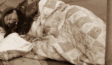 Kobieta pozwoliła nocować bezdomnemu we własnym domu, nie przypuszczała, że kilka godzin później mężczyzna na siłę wyciągnie ją z łóżka