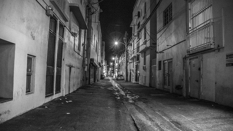 Solomon Jones siedział o godzinie 3 w nocy na swoim ganku, gdy dostrzegł na ulicy kogoś, kogo zdecydowanie nie powinno tam być...