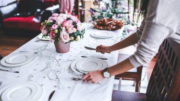 10 dobrych manier, których coraz rzadziej przestrzega się przy stole. Czy warto rezygnować z tych zachowań?
