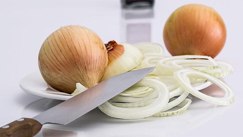Cebula cebuli nie równa, dlatego podpowiadamy, jak wybierać to warzywo, by jak najlepiej pasowało do charakteru gotowanej potrawy
