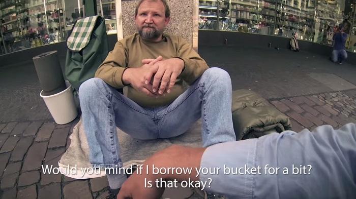 Hän kysyi kodittomalta mieheltä jos hän voisi lainata ämpäriä. Se mitä hän teki hetkeä myöhemmin, liikuttaa sinut kyyneliin