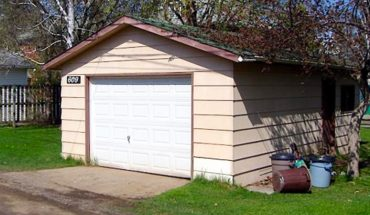 Zamieszkali w garażu z 1924 roku. Kiedy sąsiedzi weszli do środka, nie mogli przestać się gapić!
