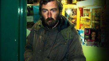 Biedny człowiek chciał podarować młodym ludziom swój płaszcz. Nie spodziewał się, że los sowicie go za to wynagrodzi!
