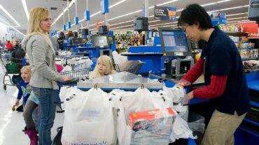 Ten proceder pokazuje, jaki sklepy naprawdę mają stosunek do klientów: zakładają, że wszyscy to potencjalni złodzieje! Kasjerom współczujemy takiej pracy