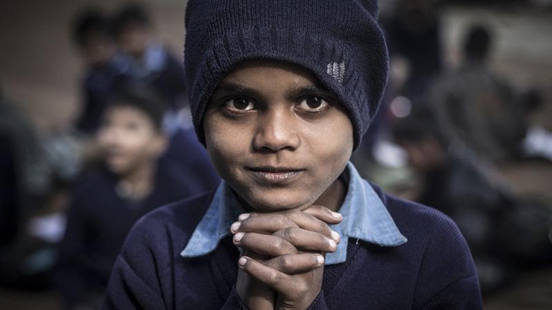 """Dziećmi z indyjskich slumsów nikt się nei interesuje. Jednak dzięki """"Szkole pod mostem"""" mają szansę na poprawę swojego losu"""