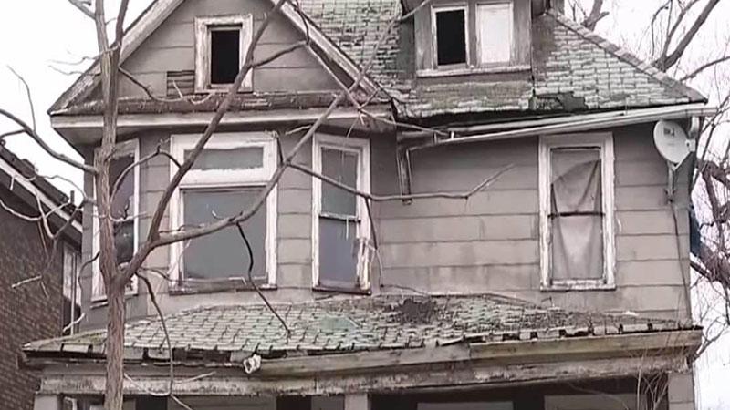 Kobieta z Detroit zauważyła w oknie opustoszałego domu dziecko i zadzwoniła na policje. To, co w budynku odkryli funkcjonariusze, załamało wszystkich