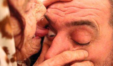 """80-letnia babcia wylizuje """"pacjentom"""" gałki oczne. Może i niesmaczne, ale podobno zadziwiająco skuteczne!"""