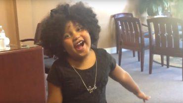 Ma dopiero 4 lata, a przeczytała już ponad tysiąc książek! Swoją postawą chce motywować inne dzieci, by sięgały po książki