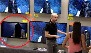 """Klienci sklepu spokojnie oglądają telewizory, aż tu nagle z ekranu wychodzi na nich dziewczynka z """"The Ring""""! Jednym słowem: genialny prank"""