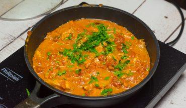 Piersi z kurczaka w sosie pomidorowym
