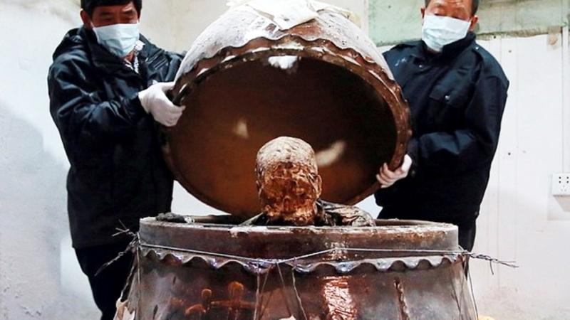Martwego mnicha zamknięto w ogromnym słoju. Po 3 latach otwarto wieko i znaleziono dowody świadczące o tym, że był kimś wyjątkowym!