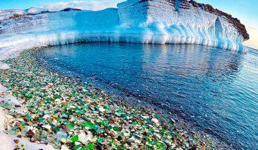 Przez lata wyrzucali do tej zatoki kawałki rozbitego szkła. Przyroda uporała się z nimi w przepiękny sposób!