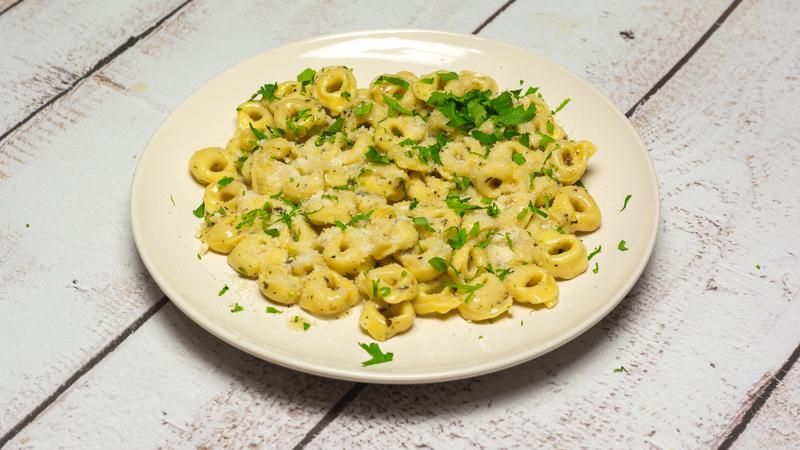 Serowe Tortellini w czosnkowo-maślanym sosie