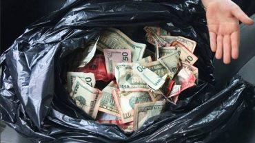 7-latek znalazł czarny worek wypełniony pieniędzmi. Czerwona farba na banknotach dała mu do myślenia!
