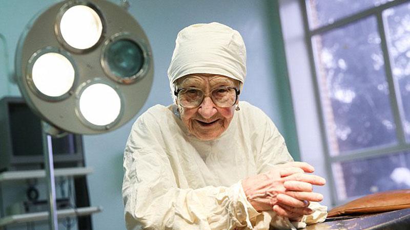 Ma 89 lat i ani myśli przejść na emeryturę! Oto Alla Ilyinichna Levushkina, która od siedmiu dekad jest chirurgiem i wciąż operuje 4 razy dziennie