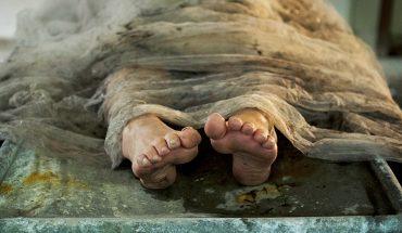 Służąca zdjęła ubranie ze zmarłego chirurga i odkryła coś niesłychanego. Niebywałe, że udało się mu ukrywać to tak długo!