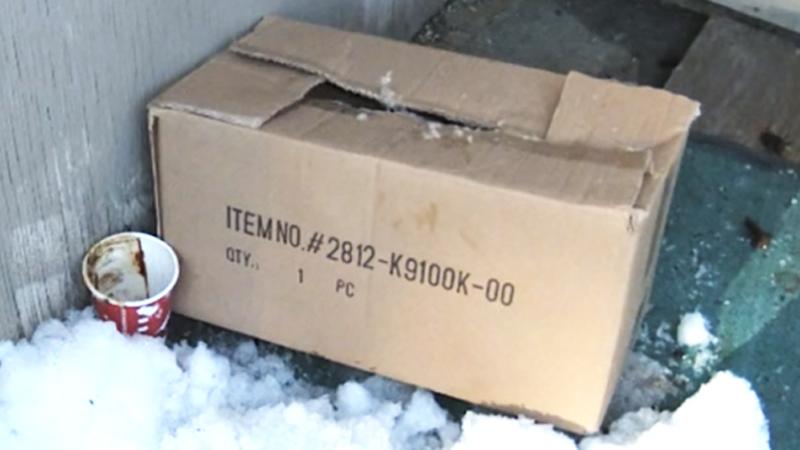 Ktoś zostawił to pudełko na 35-stopniowym mrozie! Wnętrze jest najgorszym obrazem ludzkiej natury!